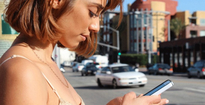 Viciado no telemóvel? 4 truques que te podem ajudar