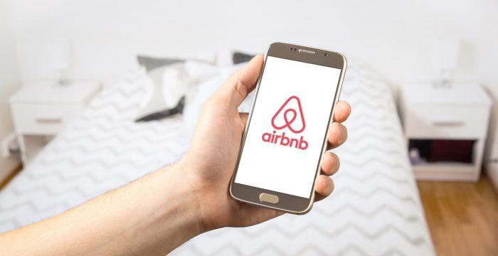 Airbnb tem centenas de vagas. Há oportunidades para quem fale português